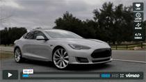 Der Tesla Model S macht auf der Straße eine brilliante Figur
