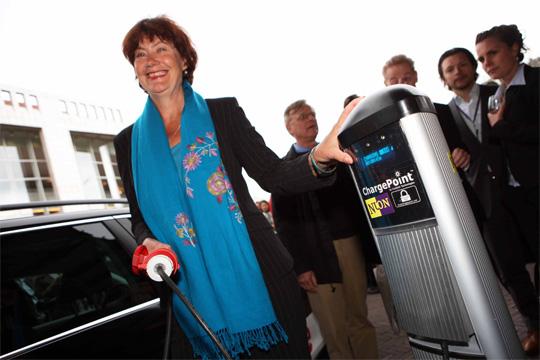 Der erste europäische ChargePoint wurde vorgestern in Amsterdam von Umweltsenatorin Marijke Vos in Betrieb genommen