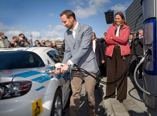 Kronprinz Haakon tankt den Mazda RX-8 Hydrogen RE