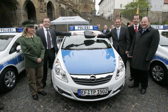 Übergabe des symbolischen Zündschlüssels für einen Opel Corsa