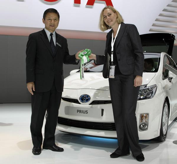 Keiji Sudo, Präsident Toyota Deutschland und Sabine Letz, Chefredakteurin Utopia.de
