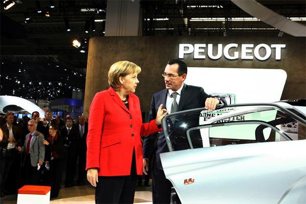 IAA 2009: Bundeskanzlerin Angela Merkel informiert sich am Peugeot-Stand bei Markenvorstand Jean-Marc Gales über BB1