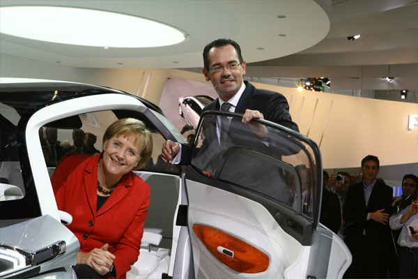 Bundeskanzlerin Angela Merkel informiert sich am Peugeot-Stand über das Projekt BB1