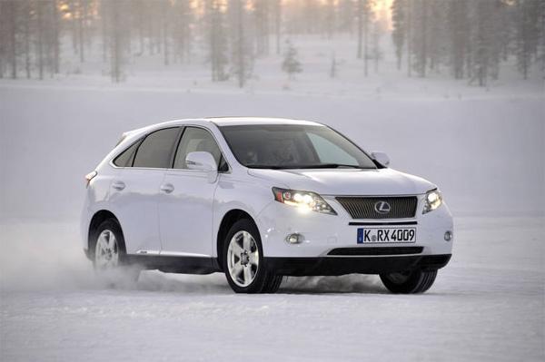 """Im LEXUS RX 450h - Hybrid Drive mit \""""Snow\""""-Modus für Eis und Schnee"""
