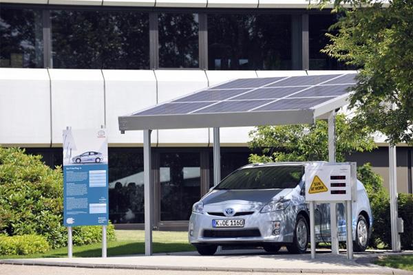 SunCarport der Solarworld AG für den Toyota Prius Plug-In