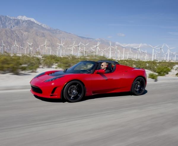 Tesla Roadster vor Windmühlen
