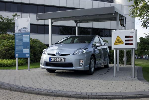 Toyota Prius Plug-In lädt im Solar-Carport