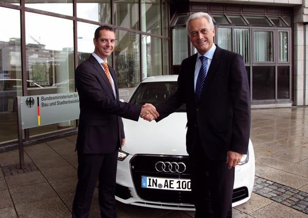 Bundesverkehrsminister Dr. Peter Ramsauer, Franciscus van Meel, Leiter Elektromobilität AUDI AG
