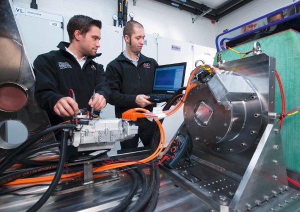 Bevor der Test der E-Maschine auf dem Prüfstand beginnen kann, werden die letzten Checks von den Entwicklungsingenieuren durchgeführt
