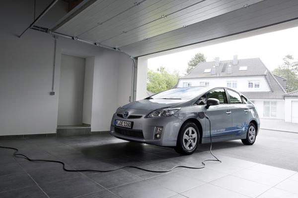 Vorteil des Toyota Prius Plug-In Hybrid: Laden in der heimischen Garage