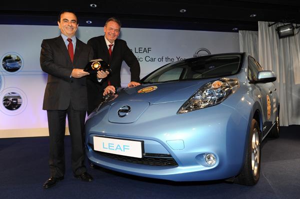 Carlos Ghosn mit Hakan Matson, dem COTY Jury President 2011 vor dem Nissan LEAF