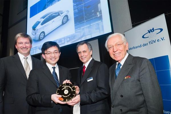 Toshiaki Yasuda, Präsident von Toyota Deutschland nimmt die goldene TÜV-Plakette entgegen