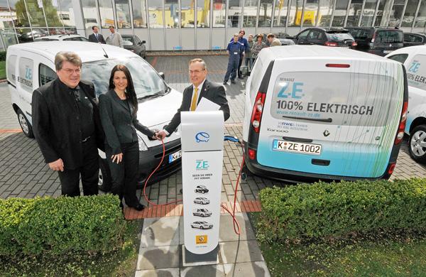 v.l.n.r., Michael Kreuzberg, Bürgermeister der Stadt Brühl, Beatrice Degand, Projektleiterin Elektrofahrzeuge Deutsche Renault AG, Erwin Gardemann, Geschäftsführer der Stadtwerke Brühl