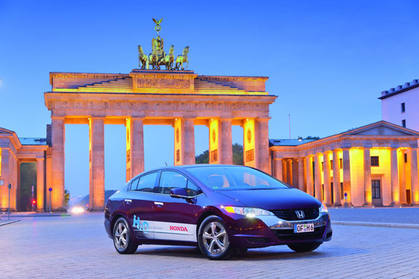 Honda FCX Clarity vor dem Brandenburger Tor in Berlin
