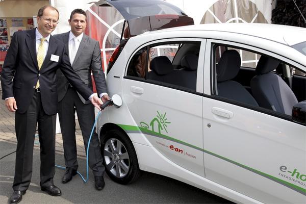 Peugeot übergibt i0n an E.ON; V.l.n.r.: Matthias Herzog, Vorstand Ressort Netze (E.ON Avacon) und Stefan Moldaner, Direktor Vertrieb Businesskunden, Nutzfahrzeuge und Gebrauchtwagen (Peugeot Deutschland)