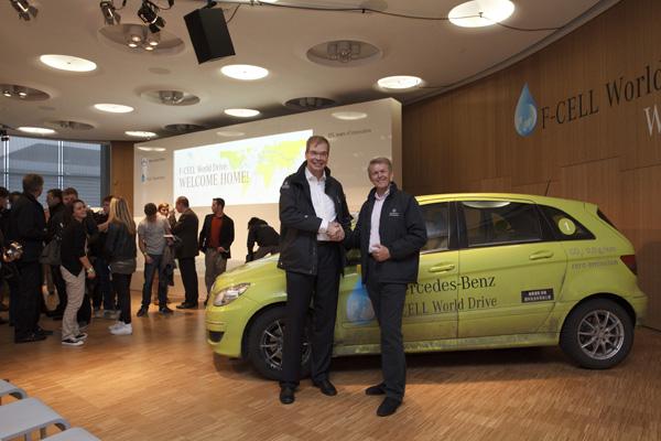 Linde und Daimler treiben Infrastrukturaufbau für Brennstoffzellenfahrzeuge weiter voran: Dr. Andreas Opfermann (Linde AG) und Dr. Thomas Weber (Daimler AG) vor der B-Klasse F-CELL.