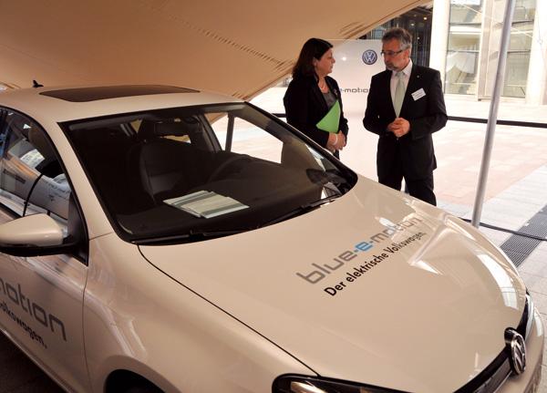 Professor Dr. Wolfgang Steiger, Leiter Zukunftstechnologien in der Volkswagen Konzernkommunikation, und Máire Geoghegan-Quinn, EU-Kommissarin für Forschung und Innovation, am Volkswagen Golf blue-e-motion
