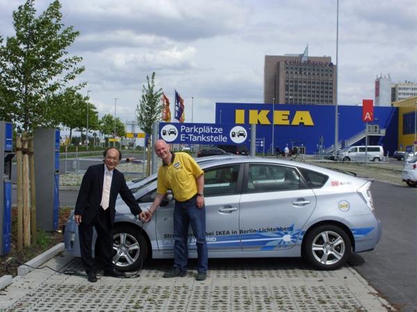 Übergabe des Toyota Prius PHV an IKEA