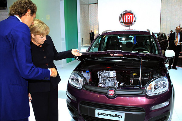 Fiat Präsident John Elkann informiert Bundeskanzlerin Merkel auf der IAA 2011 über den TwinAir-Motor im Fiat Panda