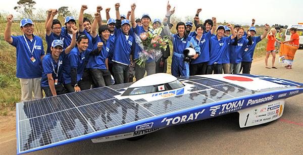 Solarauto und Gewinner-Team der Tokai Universität