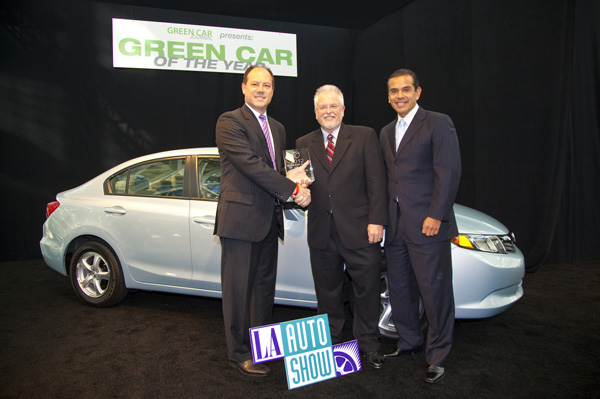 Michael Accavitti, Vizepräsident Marketing Operations von American Honda, Ron Cogan, Herausgeber des Green Car Journal und der Bürgermeister von Los Angeles, Antonio R. Villaraigosa, am Stand von Green Car of the Year vor dem 2012 Civic Natural Gas