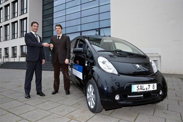 Peugeot i0n für Saar-Wirtschaftsministerium: Mario Manns, Leiter Key Account Management Peugeot Deutschland (links) und Dr. Christoph Hartmann, Minister für Wirtschaft und Wissenschaft des Saarlands