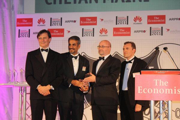 Preisverleihung - v.l.n.r.: John Mickelthwaite (The Economist), Chetan Maini, Paul Compton (JSP-Präsident),  Tom Standage (The Economist)