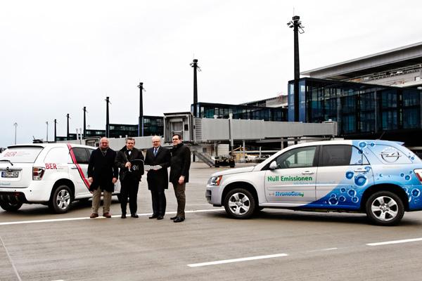 Berliner Flughäfen erproben Brennstoffzellenauto Opel HydroGen4