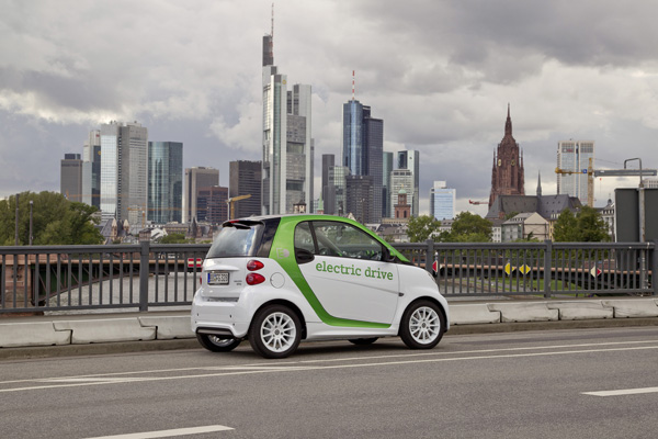 Smart fortwo electric drive vor der Skyline von Frankfurt am Main
