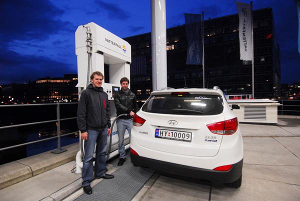 Vattenfall-Ingenieur Daniel Hustadt und Marius Bornstein (ZERO) beim Tanken in Hamburg