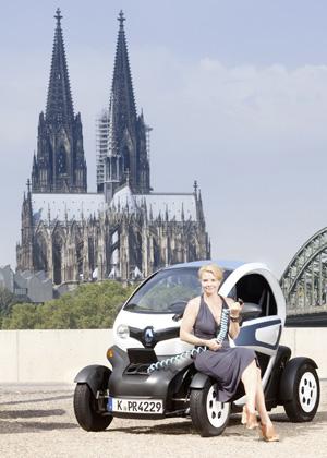 Annette Frier und Renault Twizy