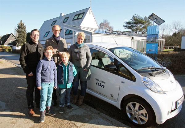 Familie Oldendorf mit Maarten Schlenhoff (hinten Mitte) und Peugeot i0n