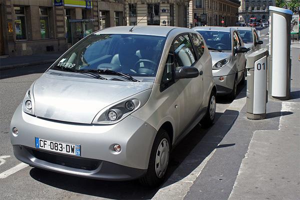 Bollore Bluecar Elektroautos beim Laden