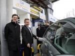 Umweltminister Franz Untersteller und EnBW Vorstand Dr. Dirk Mausbeck tanken an der neuen EnBW Wasserstofftankstelle in Stuttgart.