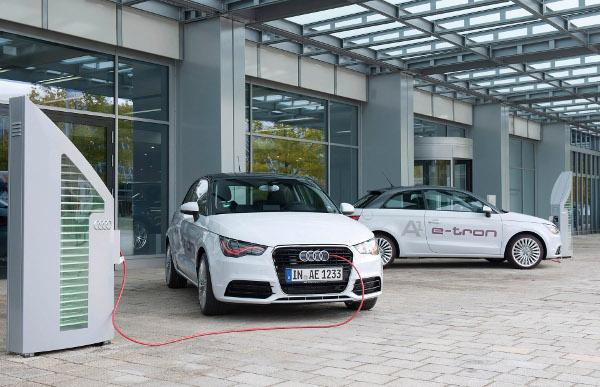 Zwei Audi A1 e-tron an den Ladestationen im Audi Forum in Ingolstadt