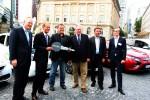 Staatsminister Axel Wintermeyer übergibt den ersten ePendler Schlüssel an einen der ausgewählten Pendler, Thomas Nimmerfroh, in Frankfurt auf dem Rossmarkt.