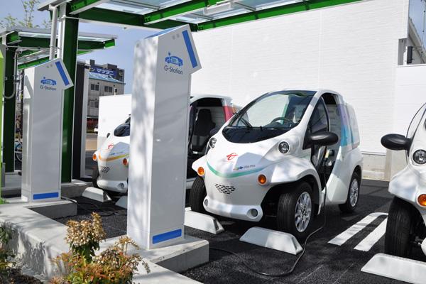 Elektro-Leichtfahrzeuge an der Ladestation in Toyota City in Japan
