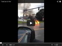 Tesla Model S brennt auf der Strasse und der Aktienkurs fällt
