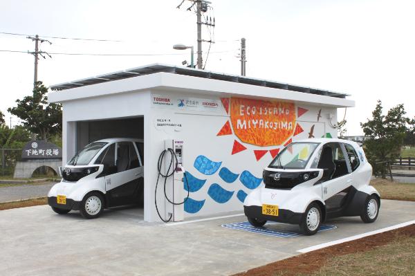 Honda Micro Commuter vor der Solar-Ladestation