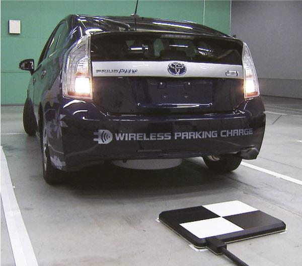 Toyota Testfahrzeug für kabelloses Aufladen
