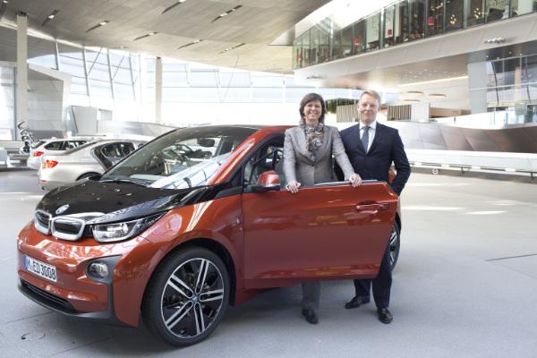 Ilse Aigner und Christoph von Tschirschnitz vor dem BMW i3