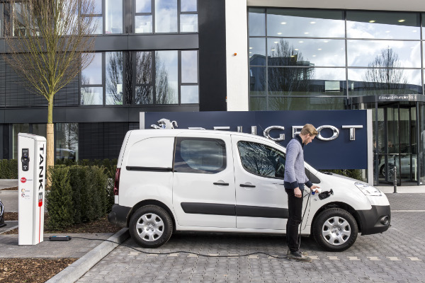 Peugeot Partner Electric beim Aufladen