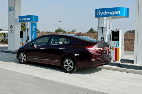 Honda FCX Clarity tankt Wasserstoff
