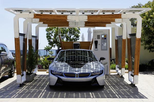 BMW i8 im BMW i Solar Carport Concept