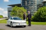 Dr. Christian Malorny (li.) übernahm seinen Volkswagen XL1 von Thomas Zahn, Leiter Vertrieb und Marketing Deutschland Volkswagen Pkw.