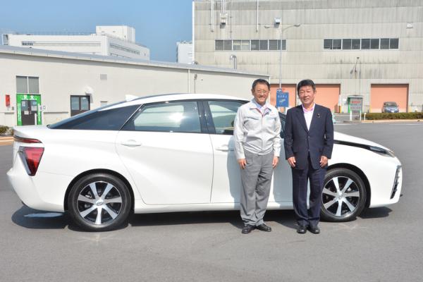 Japanischer Wirtschaftsminister testet das Toyota Brennstoffzellenauto