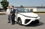 Japanischer Wirtschaftsminister testet das Toyota Brennstoffzellenfahrzeug