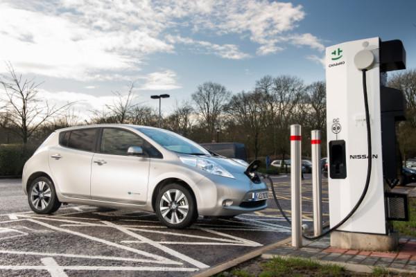 Nissan Leaf Elektroauto beim Aufladen