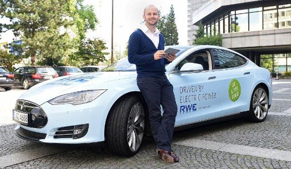 """Am 14. Juli startet die """"Go & See Tour 2014"""" der RWE. Tim fährt den Tesla S."""