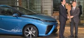 Japanischer Premierminister nimmt ersten Toyota Mirai in Empfang